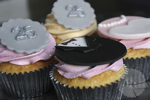 Zilveren cupcakes decoratie manier handmade helen for Decoratie cupcakes